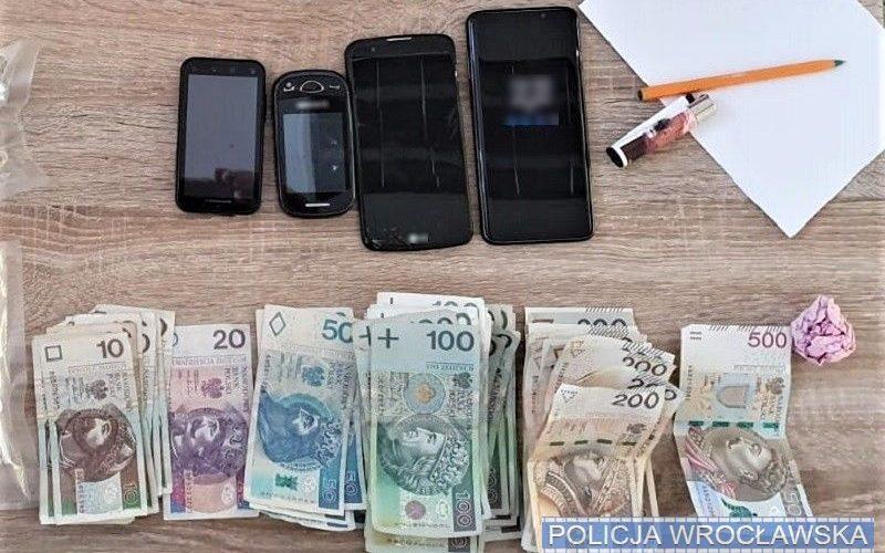duże ilości narkotyków, kilkanaście tysięcy złotych i kilka telefonów komórkowych