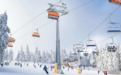 narciarze i snowboardziści na stoku w Zieleńcu